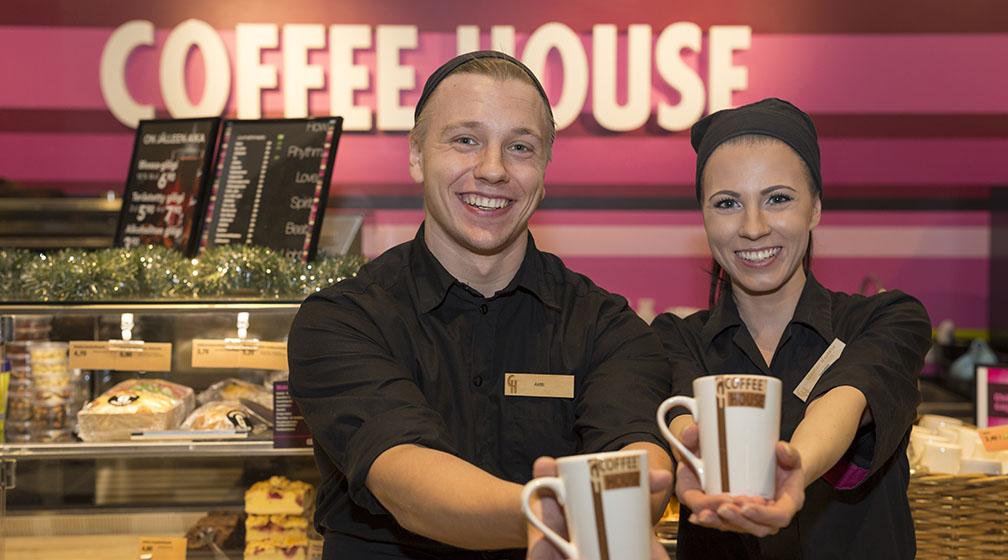 Coffee Housen henkilökunta pukeutuu kotimaisiin työasuihin